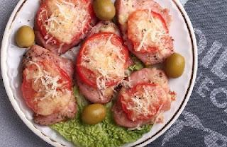 Индейка, запеченная под сыром с помидорами