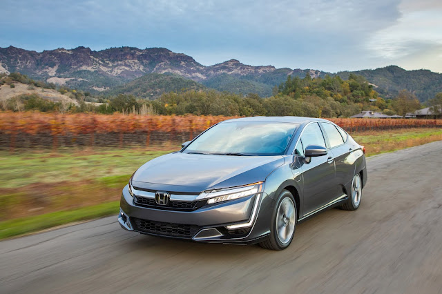 Front 3/4 view of 2018 Honda Clarity Plug-In Hybrid