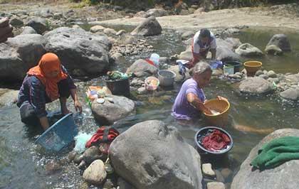 warga desa bantrangsana majalengka mck di sungai