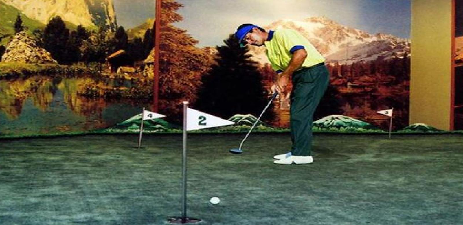 Ruang permainan Golf di Hotel Tunjangan Surabaya
