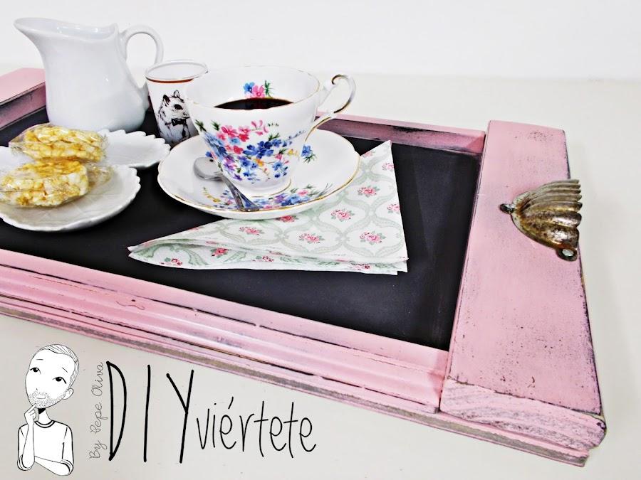 DIY-bandeja-madera-bricolaje-craquelé-pintyplus-pintar-chalkpaint-pizarra-rosa-desayuno-1