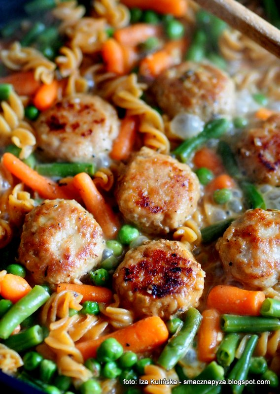miesne kulki, z makaronem, mrożonki, kolorowe danie, jednogarnkowe, obiad, szybko i tanio