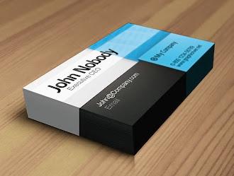 Beyaz, siyah ve mavi alanlara bölünmüş modern bir kartvizit