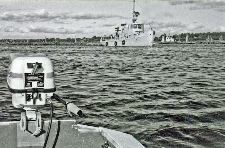 Laivaterminaalissa 1959, kuvan moottoriveneen kirjoittaja teki koulun veistoluokassa vapaa-aikoina