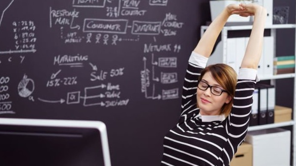 6 Gerakan Ringan Atasi Penat Saat Bekerja