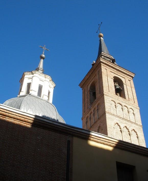Torre campañario de estilo mudéjar de la iglesia de San Nicolás. Está rematada con chapitel o aguja que se añadió siglos después