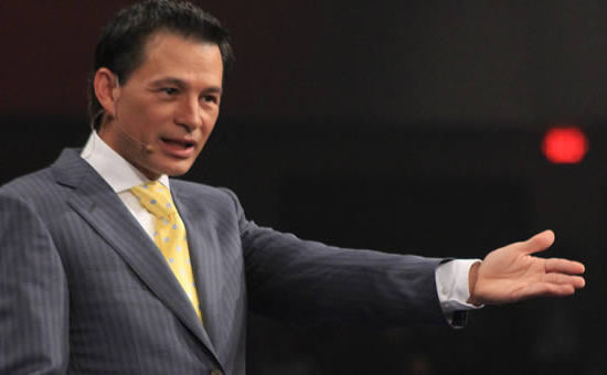 Cash Luna deja construye iglesia Casa de Dios en Guatemala