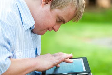 Chico con discapacidad usando una tablet