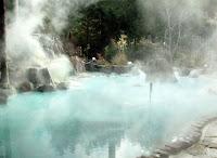 Üzerinden buharlar çıkan ılıca havuzu