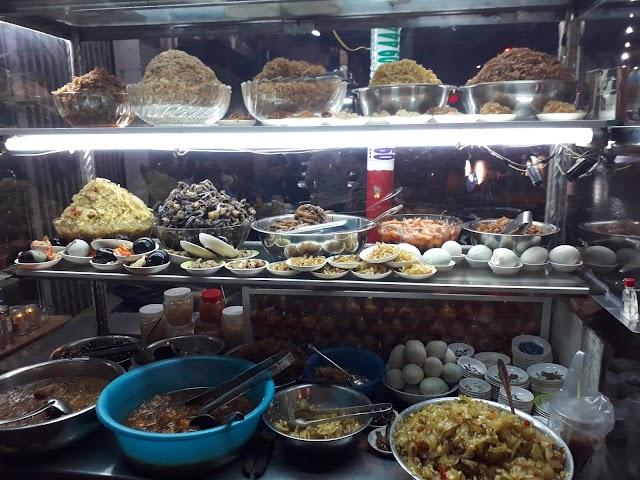 Cháo trắng lá dứa cùng buffet thập cẩm mặn mà ở Sài Gòn