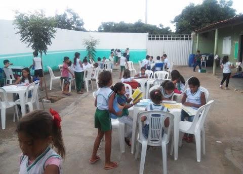 Escola Municipal do campo em Trindade trabalha leitura com alunos ao ar livre