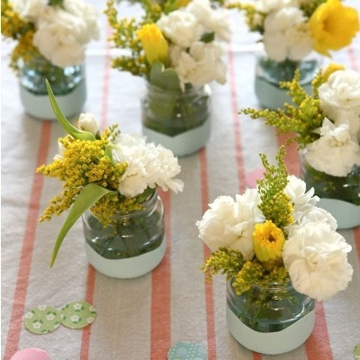 Hias toples bekas dengan cat, lalu gunakan sebagai vas bunga.