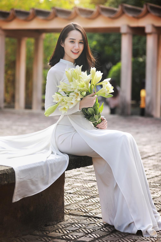 Thiếu nữ xinh đẹp khoe nhan sắc ngọt ngào bên hoa loa kèn