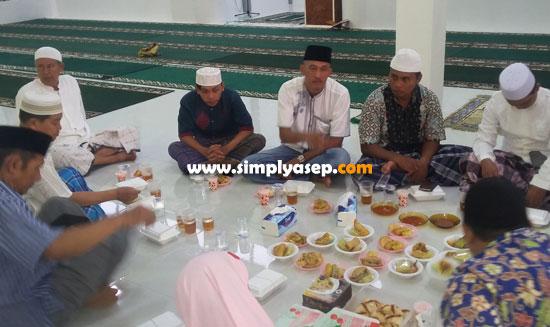 BUKA PUASA BERSAMA : Foto ini diambil pada saat berbuka puasa Ramadhan hari ke 6 atau bertepatan dengan 11 Mei 2019 di Masjid Babussalam Duta Bandara Kubu Raya. Foto Asep Haryono