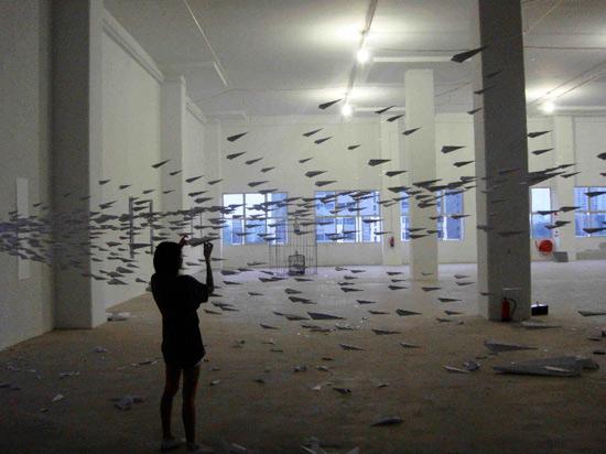 Instalación artística de aviones de papel.