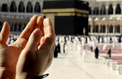 berdoa dekat kabah