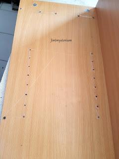 Etanchéification du bois dans ses diverses ouvertures, visseries, trous, afin de réduire l'impact du temps sur le meuble.
