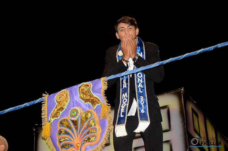 Robson Menezes, Mister Model Nacional 2016, desfilou no carro dos artistas. Foto: Trajano Fkeller