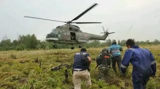 Terjun dari Heli, Tim Gabungan Bersenjata TNI dan Polisi berhasil ringkus 2 Pembakar Lahan Di Riau - Commando