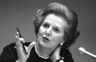 Thatcher con una lapicera en la mano