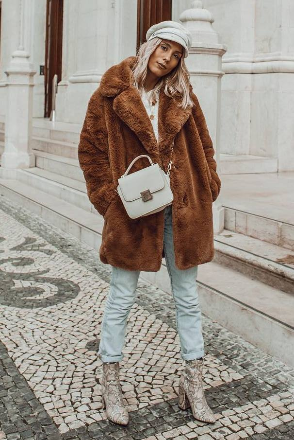 cute winter outfit_brown fur coat + snake boots + boyfriend jeans + hat + crossbody bag