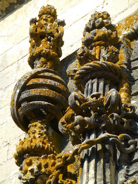 Detalle con esfera armilar de la janela del Convento de Cristo en Tomar
