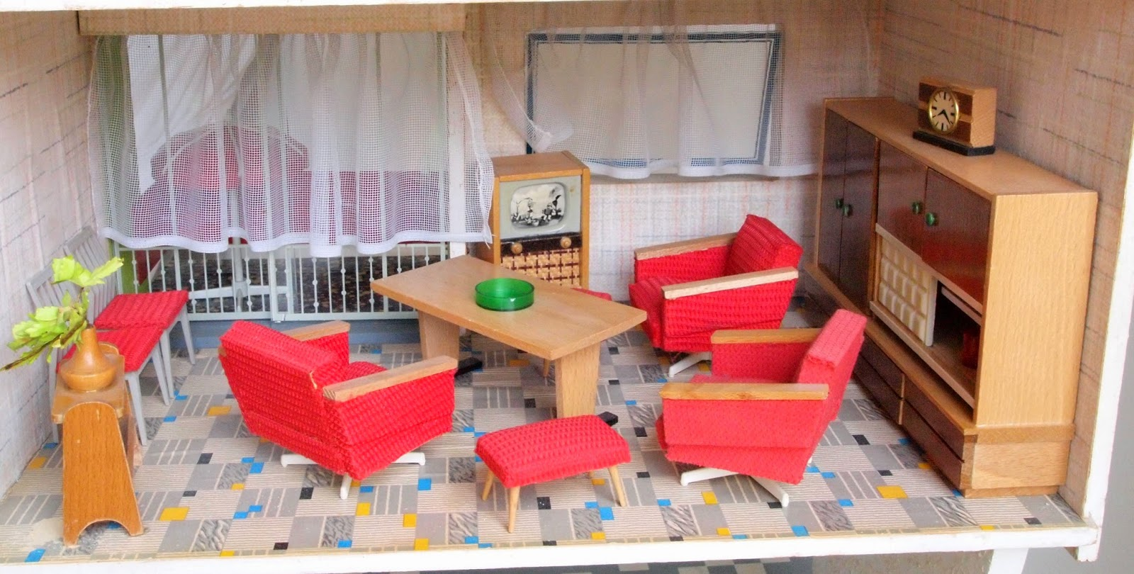 Dieses Rülke Wohnzimmer Mit Extravaganter Couchgarnitur Und Wuchtigem  Schrank? What Is More Typical Of The Era? This Set With A Big Solid Cabinet  And A ...