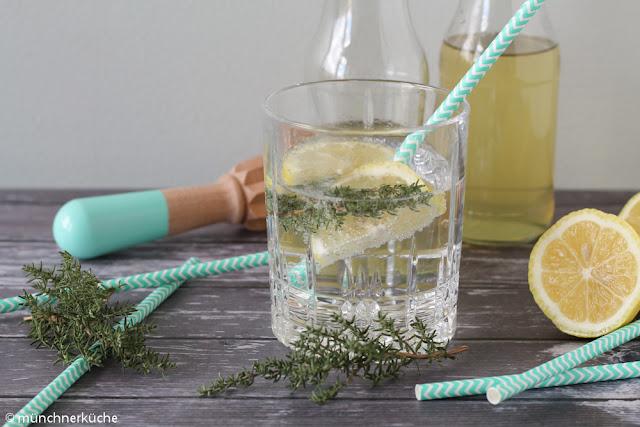 Wasser mit Geschmack? Warum nicht. Heute gibt es einen Sirup mit Zitrone und Thymian.