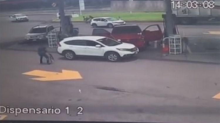 VIDEO: LOS SUPERABAN EN NUMERO PERO CONVOY DE SICARIOS SALEN HUYENDO TRAS INTENTAR EJECUTAR A PAR DE NARCOS QUE REPELEN AGRESIÓN
