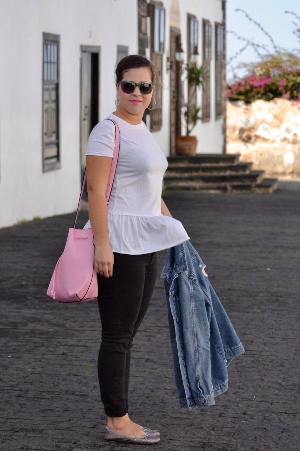 look_camiseta_volante_dresslily_bolso_rosa_chaqueta_vaquera_lolalolailo_08