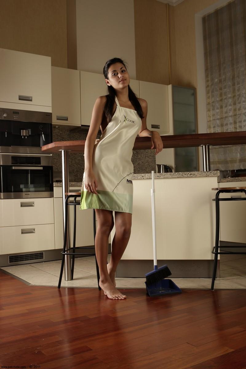 Красивая девушка на кухне