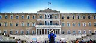 Handelsblatt: Αυταπάτη ότι η Ελλάδα θα σπάσει τα δεσμά των δανειστών