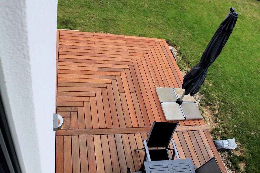 wir bauen ein haus terrassendeck fertig. Black Bedroom Furniture Sets. Home Design Ideas