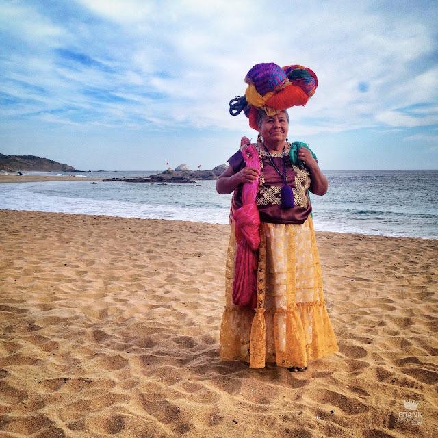 Mujer de juchitán vendedora de hamacas en la costa de Oaxaca
