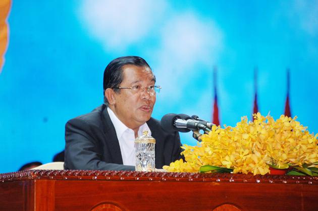 Le Premier Ministre Hun Sen lors d'une rencontre avec les fonctionnaires