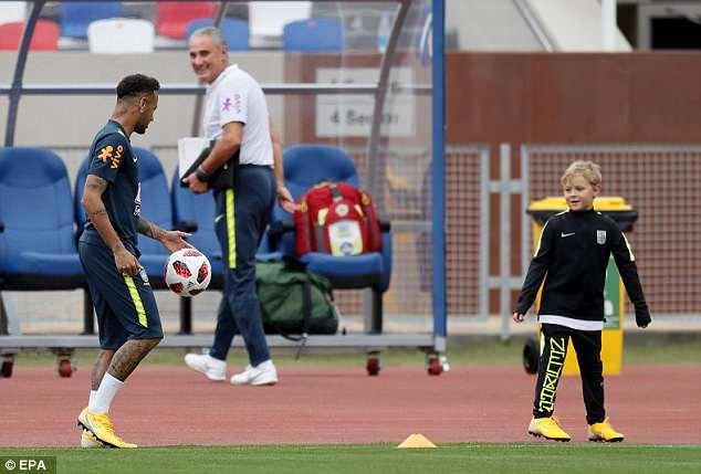 Neymar ăn vạ mua vui cho đồng đội 7