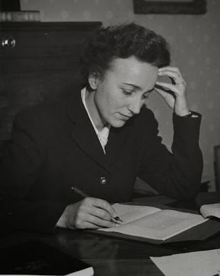 Pauline Réage (1907 - 1998) pseudônimo de Anne Desclos, autora Francesa.