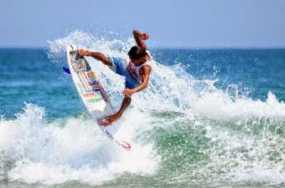 Surfing Di Pantai Pulau Merah Banyuwangi