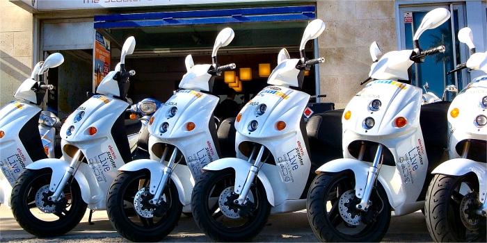 Affittare motorino, auto o quad nelle isole Greche