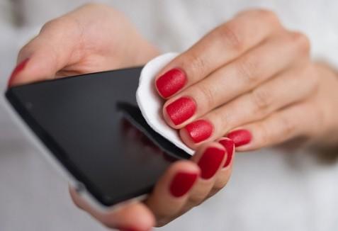 Τρία πράγματα του σπιτιού με τα οποία μπορούμε να καθαρίσουμε το κινητό