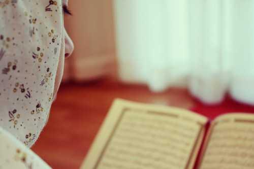 Hukum menutup aurat ketika membaca Quran
