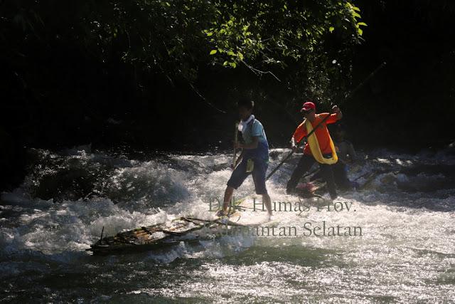 Festival Loksado 3: Gubernur Nikmati Alam Loksado dengan Bamboo Rafting