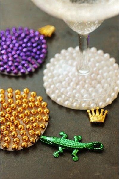 Tatakan gelas terbuat dari manik-manik aksesoris dan mainan.