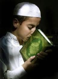 anak laki-laki membaca alqur'an