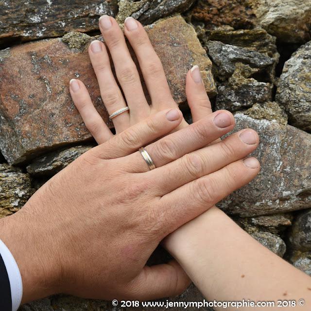alliances et mains des mariés photo