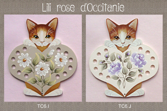 Tri-fils bois peint, chat roux et coeur couleur au choix + fleurs assorties. Broderie et point de croix