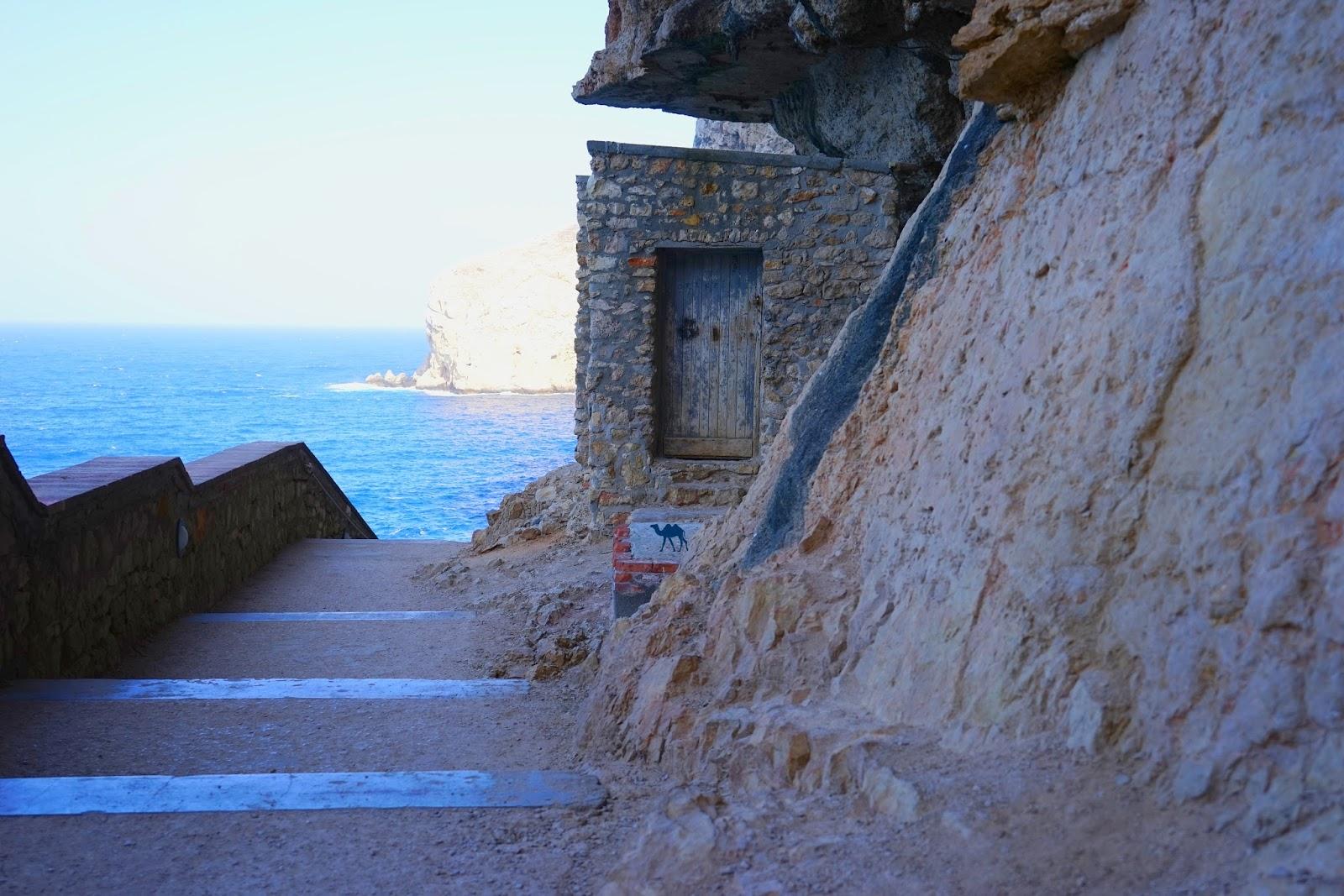 Le Chameau Bleu - Blog Voyage Sardaigne - Cabanon sur le chemin Grotto di nettuno  Grotte de Neptune Sardaigne