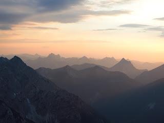 Wunderbare Stimmung am Gipfel: Fernsicht richtung Allgäu