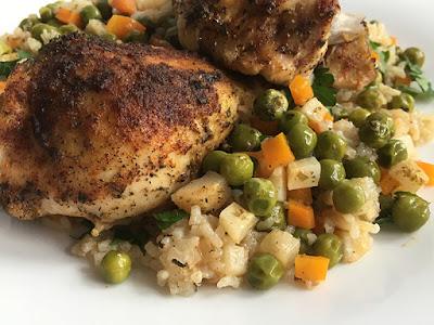 Udka kurczaka z ryżem, groszkiem i marchewką