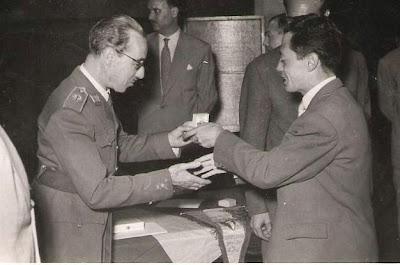 Entrega de medalla a G. A. Romero en 1951